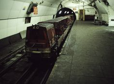 Underneath London, down below the London underground, lies an abandoned tube network previously used by the royal mail. Abandoned Cities, Abandoned Train, Abandoned Vehicles, London Underground Tube, London Underground Stations, Ba Architecture, Holiday Places, Vintage London, London Photos