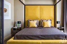 В хозяйской спальне Кастриньяно изменил благородной серой гамме и не побоялся ввести открытый желтый цвет изголовья, подушек иоснования кровати. Кровать, Polsit 1959, обтянута тканью, Jab Anstoetz.