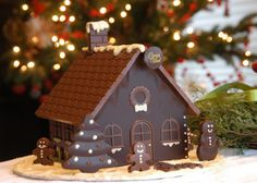 Chocolate candy house- wish I had the picture of the one my mom used to make for me every year. Chocolate Navidad, Christmas Chocolate, Christmas Desserts, Christmas Baking, Chocolate House, Love Chocolate, Chocolate Lovers, Christmas Lights, Christmas Time