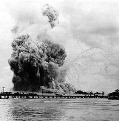 The explosion of the USS Mount Hood in Seeadler Harbor, Manus, Admiralty Islands on November Halifax Explosion, Smoke Cloud, Mount Hood, War Photography, Vintage Photography, Below Deck, Mindanao, Chemical Reactions, Fotografia
