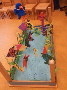 aquarium: tafel op de kop, lijnen spannen om de poten en daar vissen aan hangen