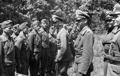 """Sowjetunion.- Division """"Grossdeutschland""""; General Walter Hoernlein bei Besatzungen von Sturmgeschützen Hoernlein, Walter: Generalleutnant, Ritterkreuz (RK), Heer, Deutschland 1943"""