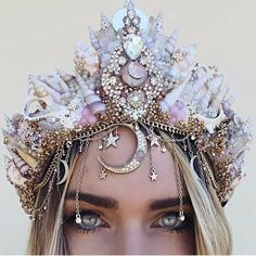 The best costume idea for Halloween 2017: mermaid makeup. Here's advice on how to get the look. #DIY #mermaidlook #halloweencustome #mermaids #diamonds