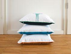 Alle meine Kissen sind mit einer kontrastierenden Paspel versehen und haben eine Rueckseite aus weichem Baumwollsamt! Bed Pillows, Pillow Cases, Home, Decorative Throw Pillows, Silk Screen Printing, Linen Fabric, Blue, Pillows, Ad Home