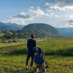 Wir hatten eine Ferienwohnung in dem kleinen Dorf Cesnjica. Das Foto ist nach einer stressigen Anreise mit dem Auto am Abend unserer Ankunft entstanden. Stressig deshalb, weil das Weltreisekind mit etwas über einem Jahr das Autofahren hasste.  Aber unsere Mountains, Instagram, Nature, Travel, Autos, Traveling With Baby, Traveling With Children, Slovenia, Baby & Toddler