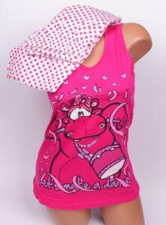 Дамска лятна пижама с потник и 7/8 панталон. Потника е с широка презрамка, розов цвят и картинка - хипопотам и сърца. Долното е с бяла основа и малки розови точки. Ластик и връзки на талията на панталона.