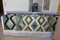 Letztes Wochenende durfte ich den grossen Doppelbettquilt, über dessen Werdegang ich hier im Blog schon zweimal berichtet habe, meiner Tochter und ihrem Freund in ihren neuen Vier-Wänden am Bodensee überreichen.  Gequiltet habe ich die 220cm x 200cm grosse Decke auf meiner neuen Bernina Langarmmaschine Q20. Es war ein wenig wie eine Art Experiment, denn alle anderen Quilts, die ich in den le ...