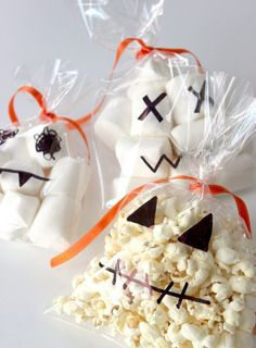 Halloween candy-pack-easy-creative-bags-marshmallow-popcorn - Drawing Still 2020 Halloween Snacks, Halloween Party Kinder, Dulceros Halloween, Halloween Crafts For Kids To Make, Bonbon Halloween, Halloween Popcorn, Halloween School Treats, Healthy Halloween Treats, Toddler Halloween