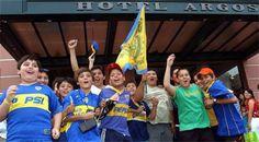 Todo en manos de Boca para ser campeón  Simpatizantes aguardan en la puerta del hotel donde está el equipo de Basile. Foto: Telam