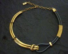 Ce collier fabriqué en étain est disponible en argenté et en doré. Son alternance mat/brillant et son asymétrie montrent bien les influences contemporaines dont il découle. Porté court ou mi-long, il convient à tous types de femmes. Comme tous nos colliers, il possède un système de réglage et est préalablement formé sur un buste en fonte pour pouvoir sadapter à toutes les morphologies. De plus il est fabriqué en séries limitées dans notre atelier. Tous nos bijoux sont emballés dans une p...