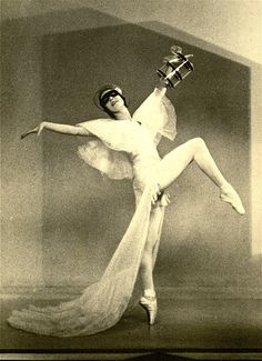 Alicia Markova Ballerina. Ballet became her life and at the age of nine her father managed to introduce her to Anna Pavlova who invited her home, find out more on our blog. Buy your ballet supplies from dancedivadancewear.co.uk. ✯ Ballet beautie, sur les pointes ! ✯