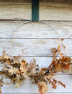 My Sweet Savannah: DIY easy oak leaf fall wreath Fall Yarn Wreaths, Diy Fall Wreath, Corn Husk Wreath, Fall Wreath Tutorial, Easy Fall Crafts, Floral Hoops, Fall Scents, Pumpkin Wreath, Fall Pumpkins