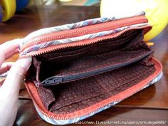 double zippered wallet tutorial : the tutorial is not in english. However there are  pictures and I like the design.