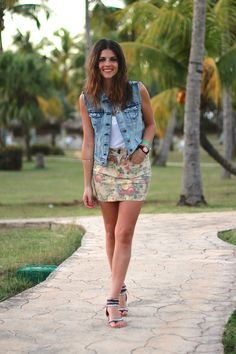 trendy_taste-look-outfit-street_style-ootd-blog-blogger-fashion_spain-moda_españa-denim_jacket-chaleco_vaquero-flower_print-falda_flores-varadero-cuba-beach-playa-verano-summer-8