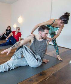 FRAUEN VERBOTEN! Yoga ist jetzt Männersache