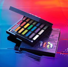Shop Urban Decay's Full Spectrum Palette at Sephora. The holiday palette features 21 shades of Urban Decay's Iconic Eyeshadow. Crazy Eyeshadow, New Eyeshadow Palettes, Makeup Palette, Bright Eyeshadow, Maquillage Urban Decay, Urban Decay Makeup, Too Faced, Eye Makeup Tips, Beauty Makeup