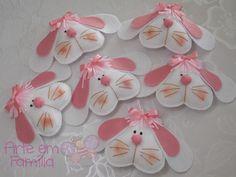 Cabecinhas de coelho em feltro, que podem ser usadas para aplicar em cestas, decorar ovos de páscoa, ou então como pingente ou chaveiro.    Para você incrementar seu presente de Páscoa com estilo!