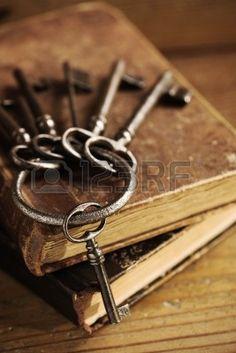 llaves antiguas en un viejo libro, de fondo antiguo de madera photo