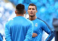 El jugador de Real Madrid, Cristiano Ronaldo, observa durante un entrenamiento previo a un partido por las semifinales de la Liga de Campeones el lunes, 25 de abril de 2016, en Manchester, Inglaterra. (Martin Rickett/PA via AP) UNITED KINGDOM OUT - NO SALES - NO ARCHIVES