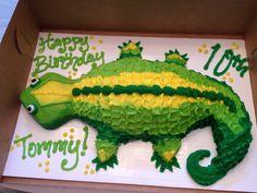 Lizard cake for the animal loving son. 7th Birthday Cakes, 6th Birthday Parties, Birthday Fun, Birthday Ideas, Lizard Cake, Thomas Cakes, Pull Apart Cupcake Cake, Reptile Party, Animal Cakes