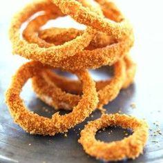 Os anéis de cebola crocante são o acompanhamento ideal para hambúrgueres ou bifes porque conferem uma textura diferente ao prato.