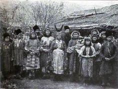 Некрасовские казаки и казачки. В центре женщина в рогатой кичке. Некрасовские казаки в конце XVII века ушли сначала на Кубань, а потом в Малую Азию. Фото 1895г.