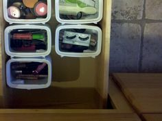 Formula containers used to organize bathroom drawers-- these would work great in the boy's deep bathroom drawers to organize toys, combs, etc. Reuse Formula Containers, Recycling Containers, Storage Containers, Bathroom Drawer Organization, Bathroom Drawers, Formula Can Crafts, Wipes Container, Organization Station, Baby Food Jars