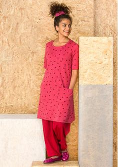 Dotted tunic from organic cotton knit   Gently A-shaped with inset pockets, short sleeves and fine rolled edges to finish. Standard fit. Length: M 90 cm Article number 60604 Price £ 79