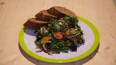De Makkelijke Maaltijd | halve ringen.Halveer de cherrytomaten.Snijd de gepofte gele paprika's in reepjes.Verbrokkel de blauwe kaas.Pluk en hak de munt fijn.Meng in een grote kom de...