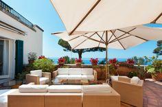 Quer um pouquinho de aconchego nas áreas externas? Ombrelones são excelentes opções para sombra no jardim.