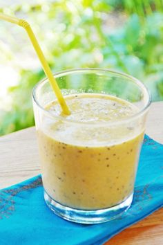 'Taste of India' Mango & Dandelion Smoothie. Recipe from http://wallflowergirl.co.uk/taste-of-india-smoothie/.