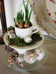 Etagère van glazen taartschaal, kop en schotel en schaaltje. Voorjaarsbloemetje erin, en mos, eitjes en schaapjes er omheen!