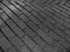Catania - Straßenpflaster aus dem Lavagestein des Etna.