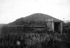 Crow Heart's Earthlodge - Mandan - circa 1900 Lewis And Clark Trail, Native American History, Native Indian, Great Shots, Historical Society, School Projects, Crow, North America, Photos