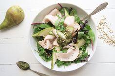 Salade met gerookte kip, peer en groene pesto