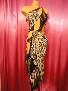 I think perhaps I'm discovering that I have a love for leopard print? LOVE this dress!