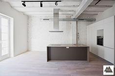 Reforma vivienda Valencia. Cocina office abierta al salón con una gran isla. Mobiliario de cocina a medida lacado en RAL 9001 con tirador gola integrado. + info: http://mdfconstruccion.com/portfolio/reforma-integral-en-valencia/