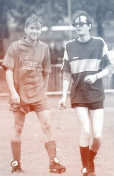 Jarvis Cocker and Damon Albarn playing football. This photo is just funny. Damon Albarn, Pop Punk, Sound Of Music, My Music, Rock Music, Pulp Band, Jarvis Cocker, Jamie Hewlett, Britpop