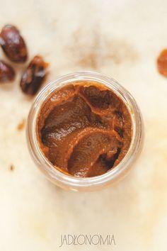 Daktyle to jedne z najciekawszych suszonych owoców, o czym przypomniał mi mój wyjazd do Maroko. Bo oprócz tego, że można z nich przygotować czekoladę, posłodzić nimi budyń jaglanylub dodać je do śniadaniowego koktajlu, to w kilka sekun[...]