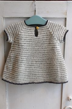 Wilma´s kjole / Wilma´s dress Size 6 months - 4 years Garn-iture knitting design www. Knitting For Kids, Baby Knitting Patterns, Baby Patterns, Free Knitting, Knit Baby Dress, Knitted Baby Clothes, Baby Outfits, Kids Outfits, Crochet Baby