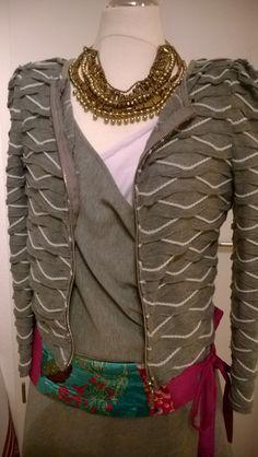 Warmes Winteroutfit. Fleece Wickelkleid in grau  von Mibaboku. Ideal fürs Museum. Wir sind damit auf die Tim Burton Ausstellung gegangen.