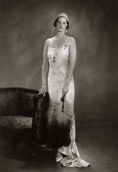 H.M. Astrid, Koningin van België. 1935, bromide foto in formaat 16 x 22 cm. Foto gemaakt door Robert Marchand, uit de verzameling van Wilfried Vandevelde.
