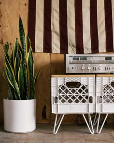 Milk crates on furniture casters as a record player table. Cute Apartment, Diy Apartment Decor, Diy Home Decor, Apartment Therapy, Milk Crate Furniture, Diy Furniture, Crate Table, Diy Casa, Cool Apartments