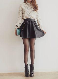 Comprar ropa de este look:  https://lookastic.es/moda-mujer/looks/camisa-de-vestir-falda-skater-botines-con-cordones-cartera-sobre-medias/4100  — Camisa de Vestir a Lunares Beige  — Falda Skater de Cuero Negra  — Cartera Sobre de Cuero Turquesa  — Medias Negras  — Botines con Cordones de Cuero Negros