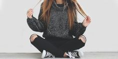 Outfits con ripped jeans negros para ser la chica con más estilo de tu colegio
