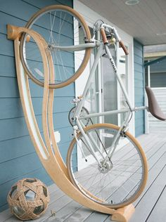 Here is a cool bike rack that lets you store your bicycle at your place in a beautiful fashion. Made of plywood, the Peri bike rack is made of locally Bicycle Storage, Bicycle Rack, Bike Hanger, Carpentry Projects, Home Projects, Garage Velo, Diy Garage, Velo Design, Rack Design