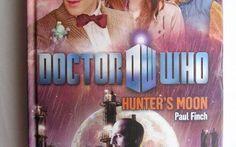 """Una recensione del romanzo """"Hunter's Moon"""" di Paul Finch, collegato alla serie televisiva """"Doctor Who"""" Il romanzo di fantascienza """"Hunter's Moon"""" di Paul Finch è stato pubblicato per la prima volta nel 2011. È al momento inedito in Italia. Ha come protagonisti l'Undicesimo Dottore, Amy e Rory."""