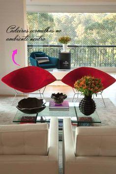 Estas cadeiras Bertoia vermelhas deram a explosão vibrante que faltava neste living que projetei. #camilakleinarquiteta #saladeestar #living #cadeirabertoia #decoração #interiordesign #decor #decorideas #ideiasdedecoração