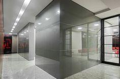 Imponência e beleza marcam o projeto deste edifício comercial desenvolvido por Ana Machado, que elegeu um discreto cinza para o Revestimento de Parede em Vidro Cinex. Sofisticação sem ostentação!  #arquitetura #architecture #revestimento #design #interiores Foto: Petrônio Amaral