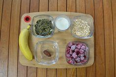 Estos son los ingredientes de hoy:  leche de almendras, plátano, frambuesas congeladas, dátil y copos de avena.